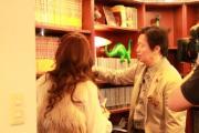 本棚にズラっと並んだ少年サンデーを見せながら